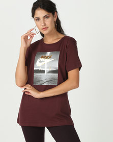 Nike NSW Air Photo Tee MTLC Crew Burgundy/Gold